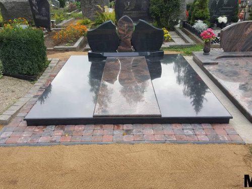 Kapo dengimas granito plokšte trijų dalių paminklas, takai iškloti trinlėmis
