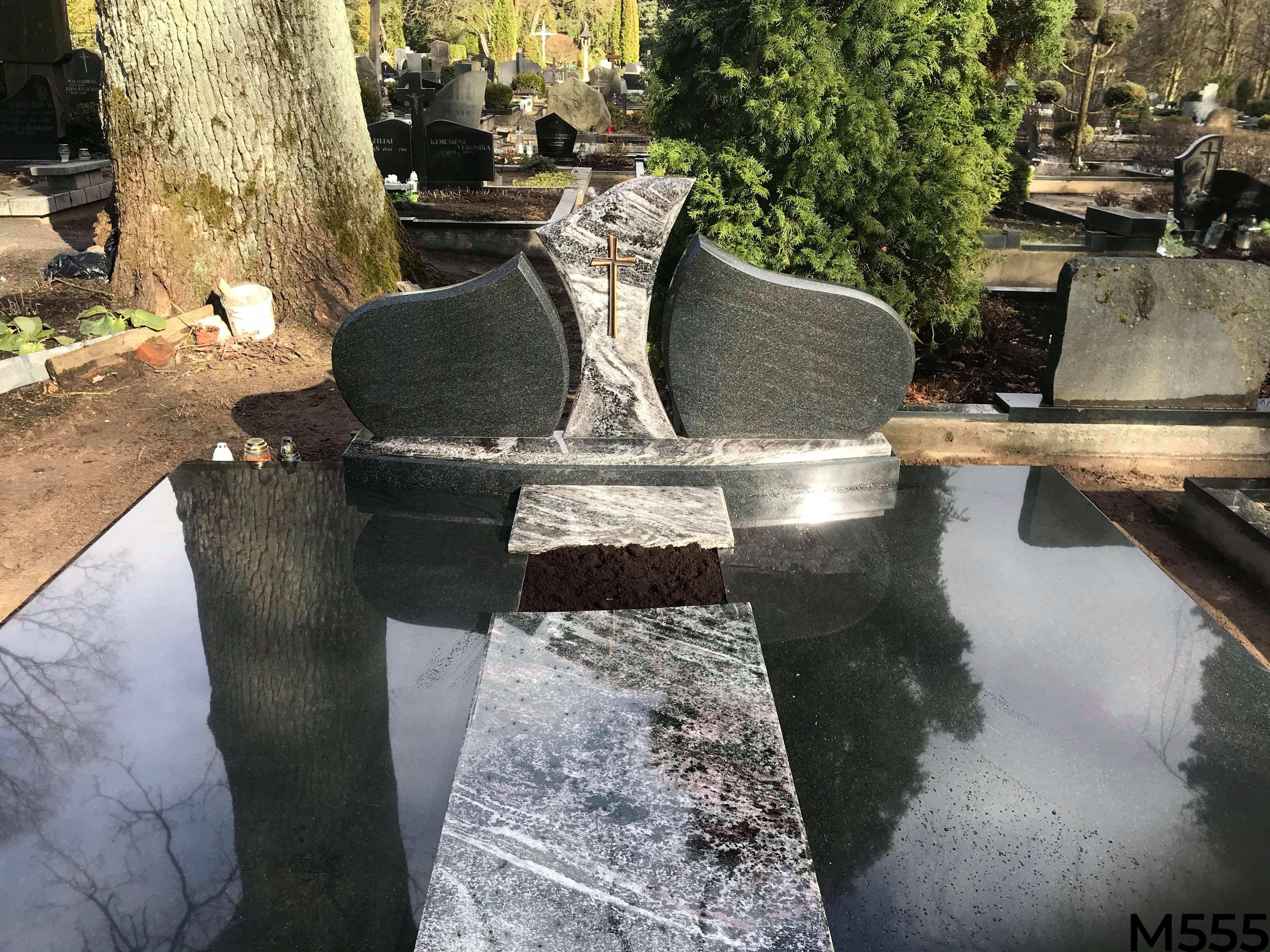 Kapo dengimas granito plokšte, trijų dalių paminklas