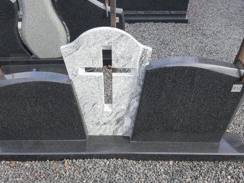 Trijų dalių paminklas juodo ir šviesaus granito