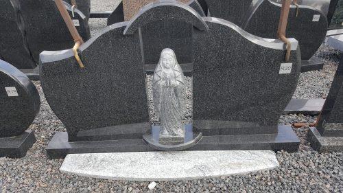 dviejų dalių juodo granito paminklas su marija statula