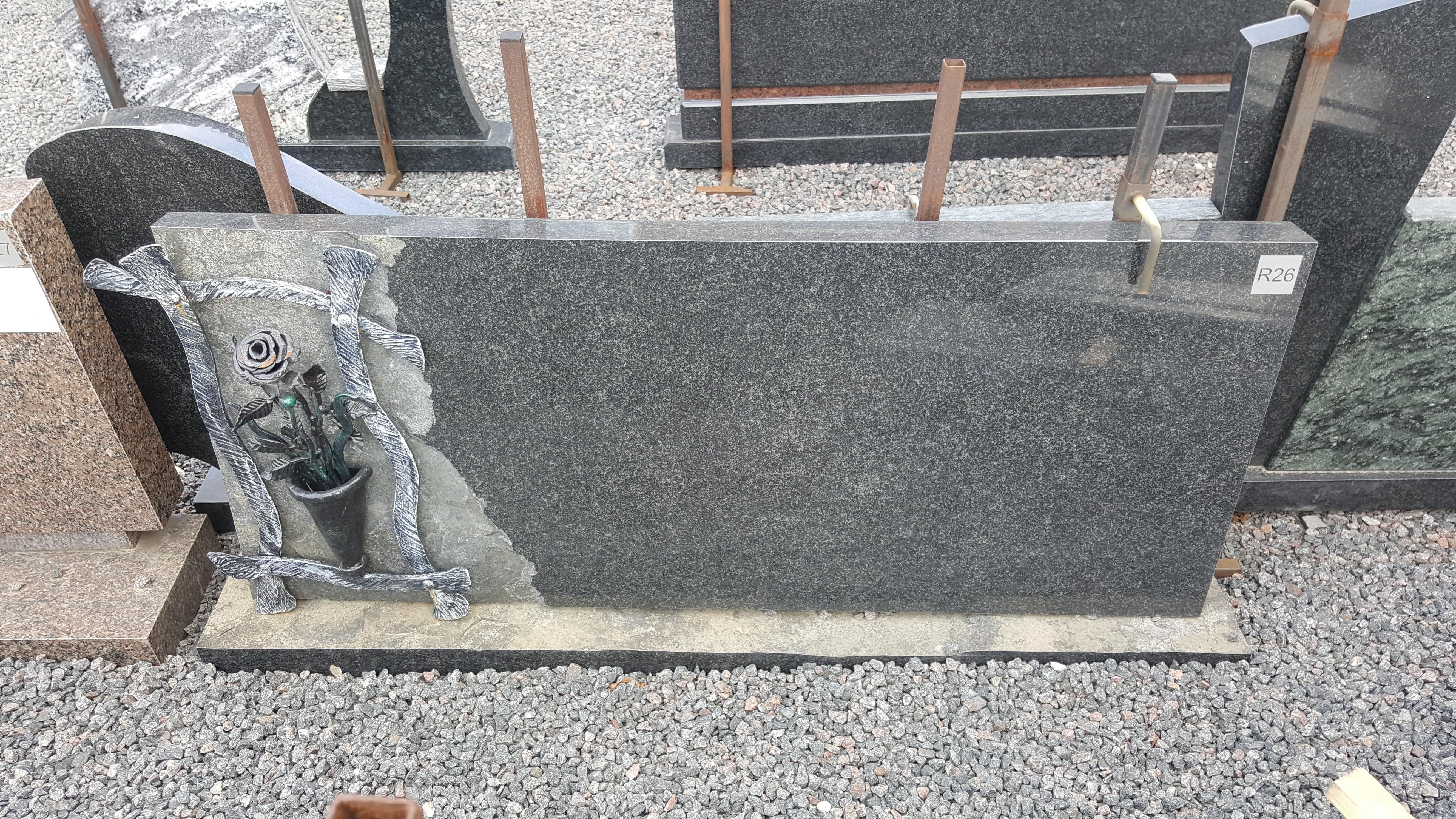 juodo granito paminklas su kalvio darbo rože