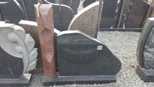 rausvo ir juodo granito paminklas