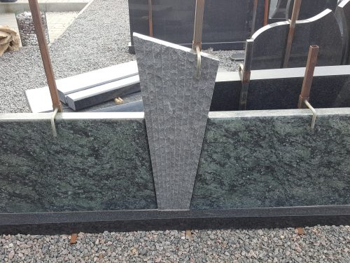 Žalio ir juodo granito paminklas trijų dalių su padu
