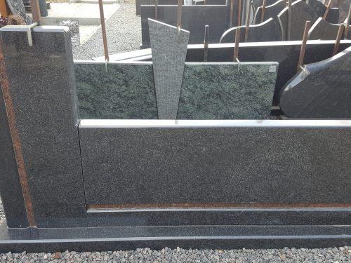 juodo Gabro diabaz granito paminklas su raudonais intarpais