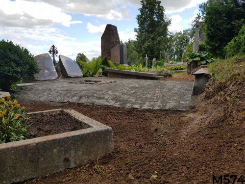 Kapo dengimas granito trinkelėmis