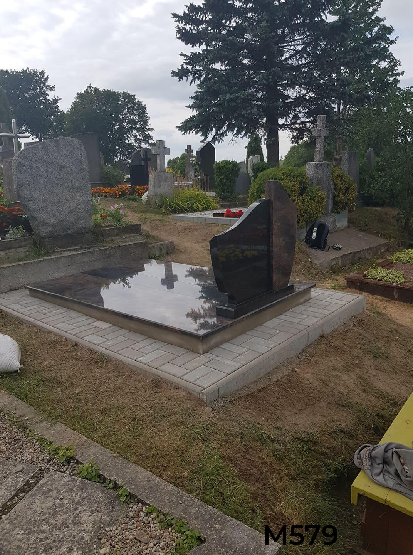 Kapo dengimas plokšte dviejų dalių paminklas, pamato betonavimas, trinkelių klojimas
