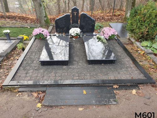 Kapo dengimas granito trinkelėmis su antkapiais ir juodo granito trijų dalių paminklu