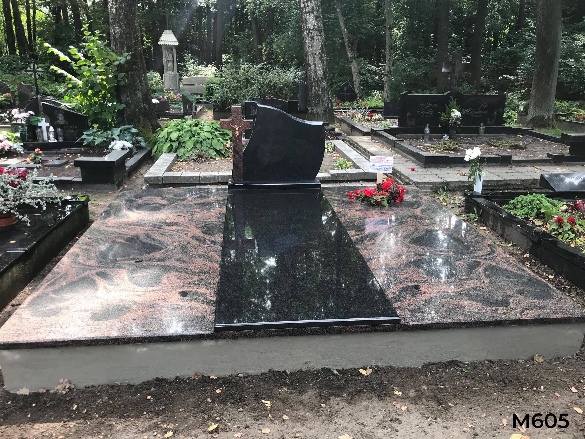 Kapo dengimas plokšte granito, paminklas trijų dalių juodo granito