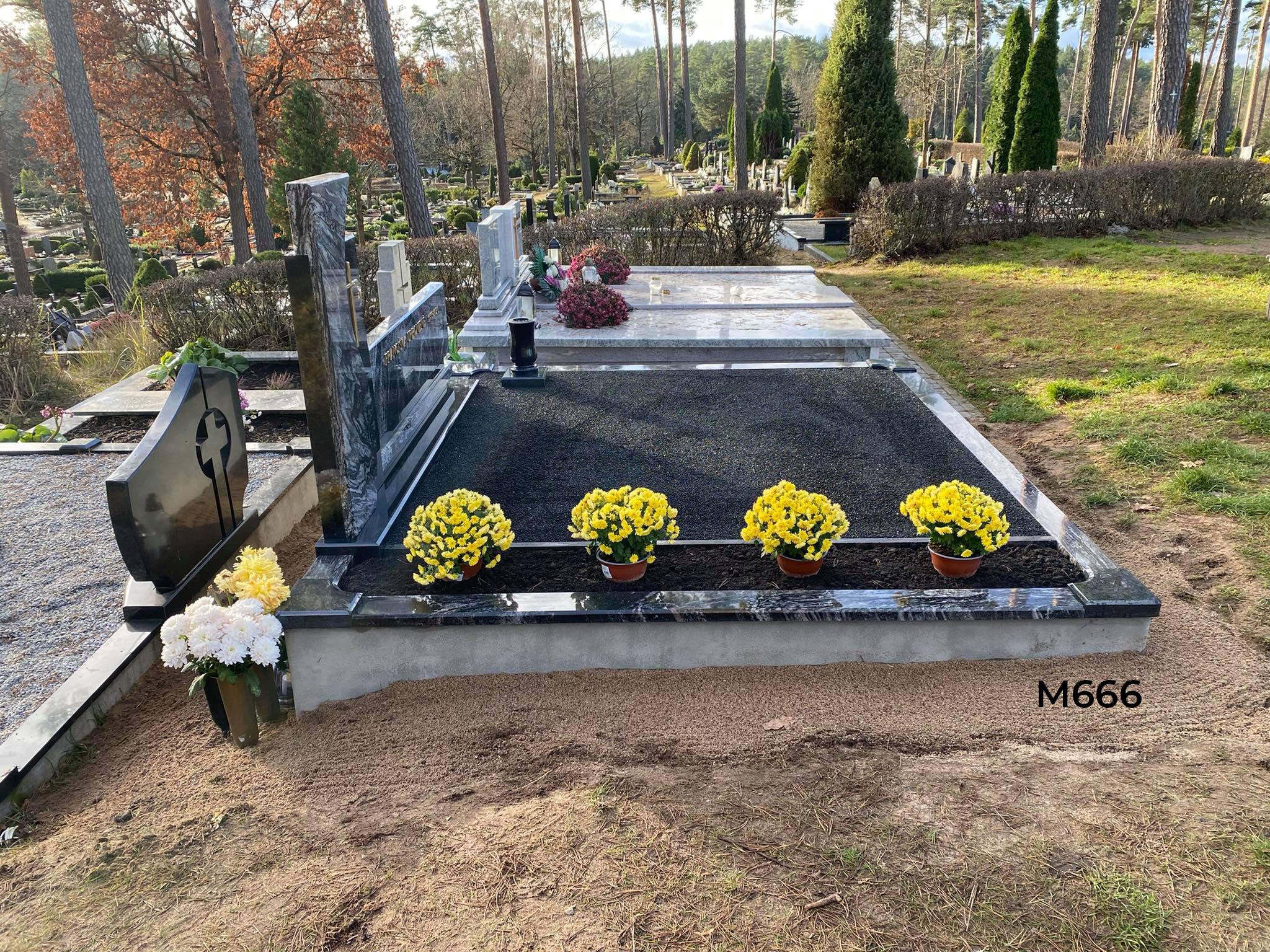 Dviejų dalių paminklas, kapas dekoruotas juoda blizgia skalda